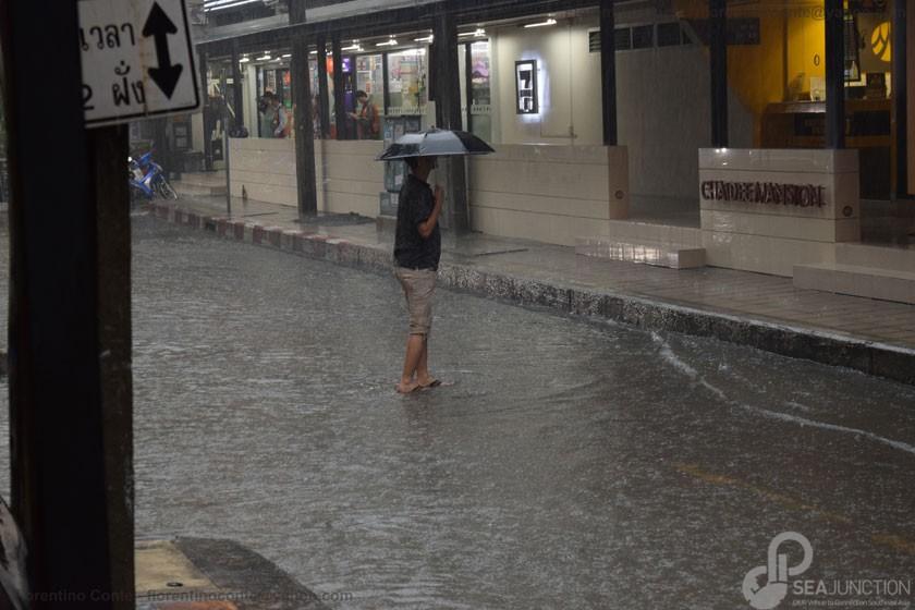 10-Rain-walking-in-Sukhumvit-Soi-11