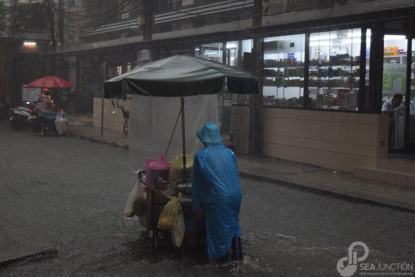 10A-Working-under-the-rain-Sukhumvit-Soi-11
