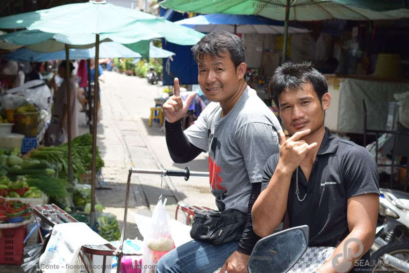 31-Smiley-people-Sri-Din-Daeng-market